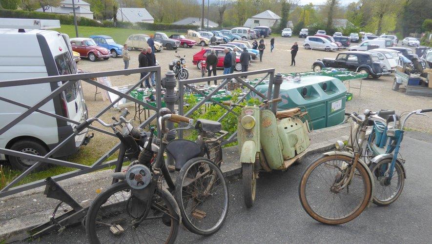 Voitures anciennes, motos, Solex, scooter...  étaient également exposés.