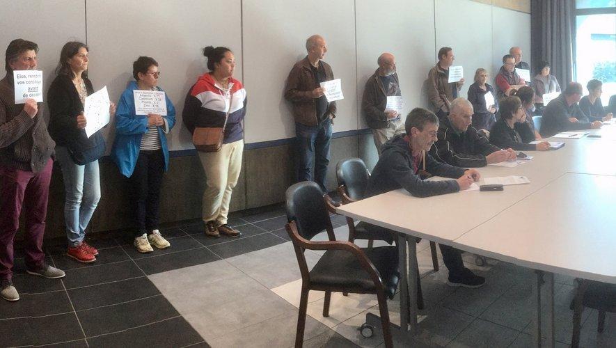 Les manifestants ont investi la salle du conseil municipal.