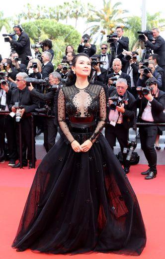 L'actrice Zhang Ziyi était aussi élégante que glamour dans cette robe d'un noir profond, jouant sur la transparence, signée Zuhair Murad. Cannes, le 21 mai 2019.