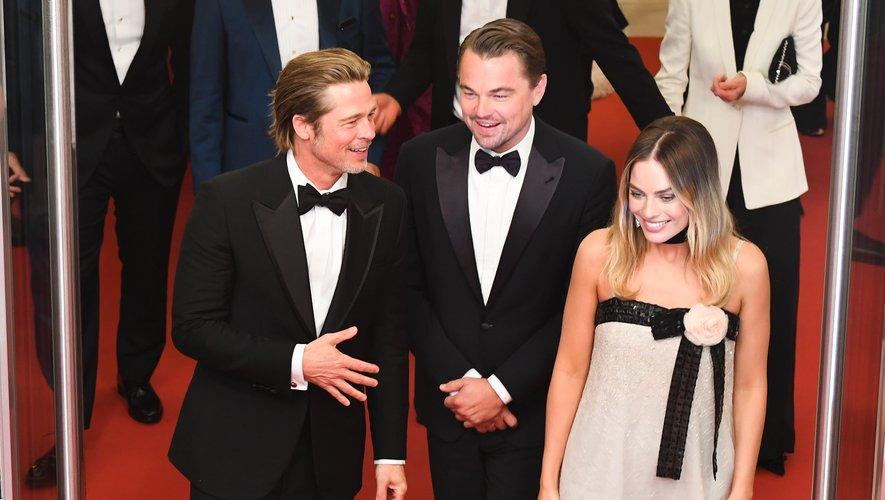 Les trois stars de la soirée étaient sous le feu des projecteurs sur le tapis rouge de la Croisette. Brad Pitt portait un costume Brioni, Leonardo DiCaprio a fait confiance à Giorgio Armani, et Margot Robbie à Chanel. Cannes, le 21 mai 2019.