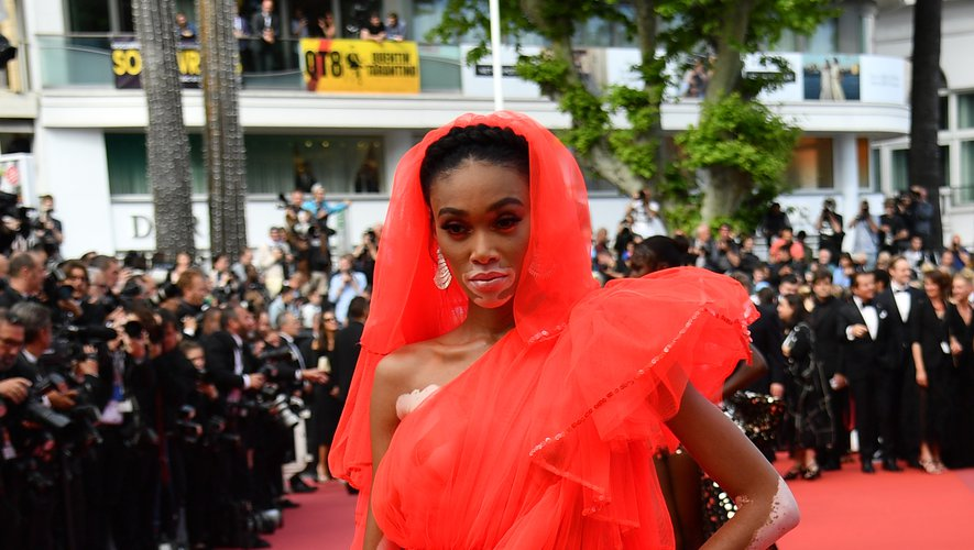 Winnie Harlow a joué la carte de la sexy attitude avec cette mini-robe d'un rouge vibrant, agrémentée d'une traîne, signée Jean Paul Gaultier. Cannes, le 21 mai 2019.
