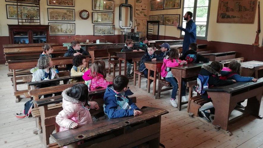 Les enfants étonnés ont découvert les pupitres cirés, les encriers de porcelaine et les grandes cartes illustrées affichées aux murs de la salle de classe.