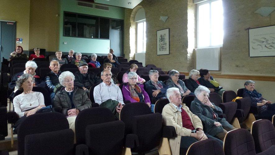 Un public attentif aux conseils donnés pour bien vieillir.