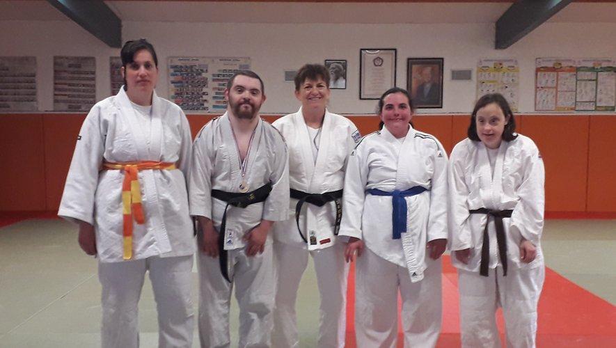 Les compétiteurs et leur entraîneur Rozy Campargue sur les tatamis montbazinois.