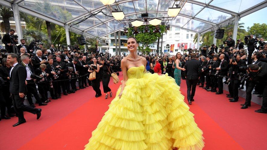 Fernanda Liz a apporté une touche de lumière et de couleur sur la Croisette dans une imposante robe faite de volants de tulle jaune, signée Ali Karoui Couture. Cannes, le 22 mai 2019.