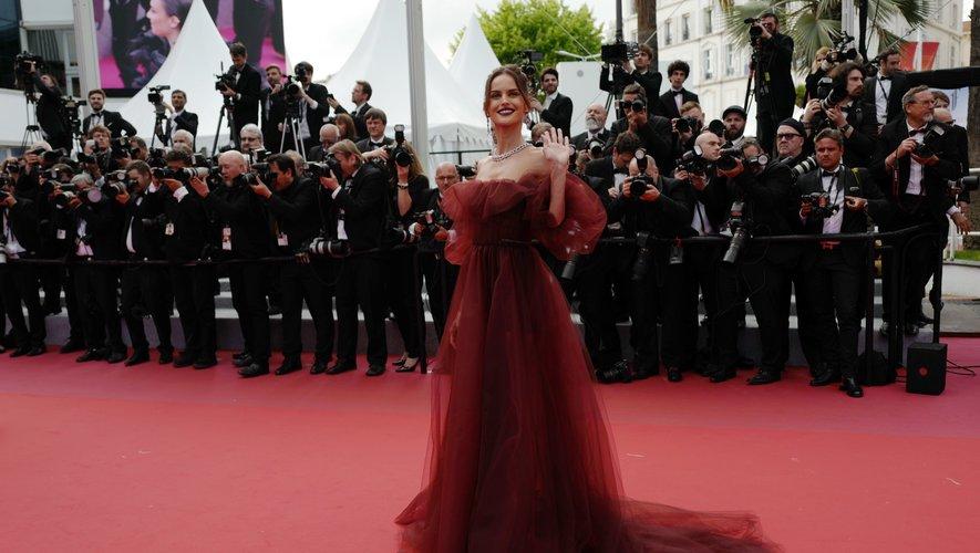 Izabel Goulart s'est illustrée dans une robe romantique, dégageant ses épaules, d'un rouge foncé. Une création confectionnée par la maison Valentino. Cannes, le 22 mai 2019.