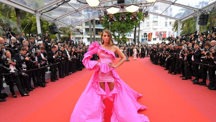 Retour au conte de fées avec Lorena Rae qui a fait le show sur la Croisette dans une robe rose fuchsia asymétrique, ornée de volants, signée Rami Kadi Couture. Cannes, le 22 mai 2019.