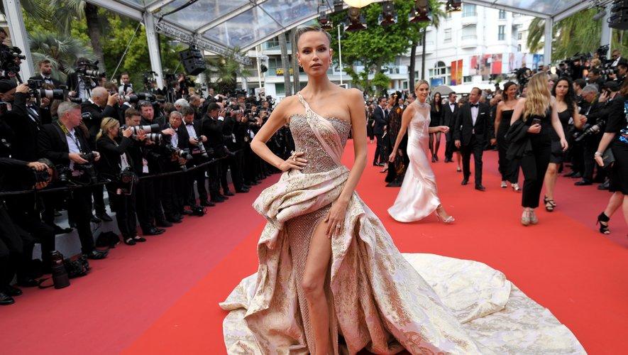Natasha Poly a également joué les princesses sur le tapis rouge, portant une somptueuse robe brodée de cristaux Swarovski, complétée par une traîne asymétrique. Le tout signé Atelier Versace. Cannes, le 22 mai 2019.