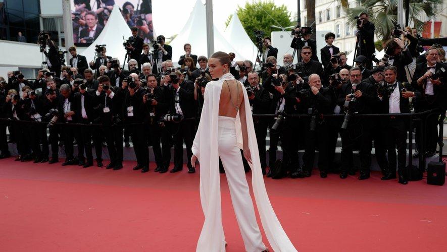 Josephine Skriver était chic dans un ensemble blanc immaculé très minimaliste confectionné par Ashi Studio. Cannes, le 22 mai 2019.