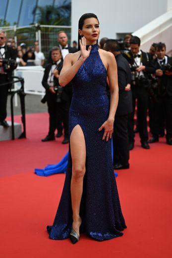 Chic et sensualité. Adriana Lima a brillé sur la Croisette dans une élégante robe fendue, scintillant de mille feux, signée Michael Kors. Cannes, le 22 mai 2019.