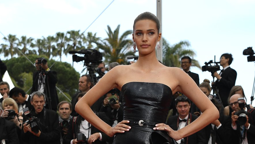Noel Berry a choisi le chic du noir, subtilement irisé, pour sa robe bustier fendue et agrémentée d'une longue traîne. Le tout signé Zuhair Murad Couture. Cannes, le 22 mai 2019.