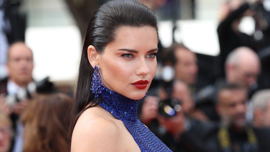 Le look torride du mannequin brésilien Adriana Lima s'appuyait sur une coiffure abondamment gominée vers l'arrière et des lèvres très rouges. Des sourcils appuyés et une touche de bronzeur ajoutaient une dose supplémentaire de glamour. 22 mai 2019