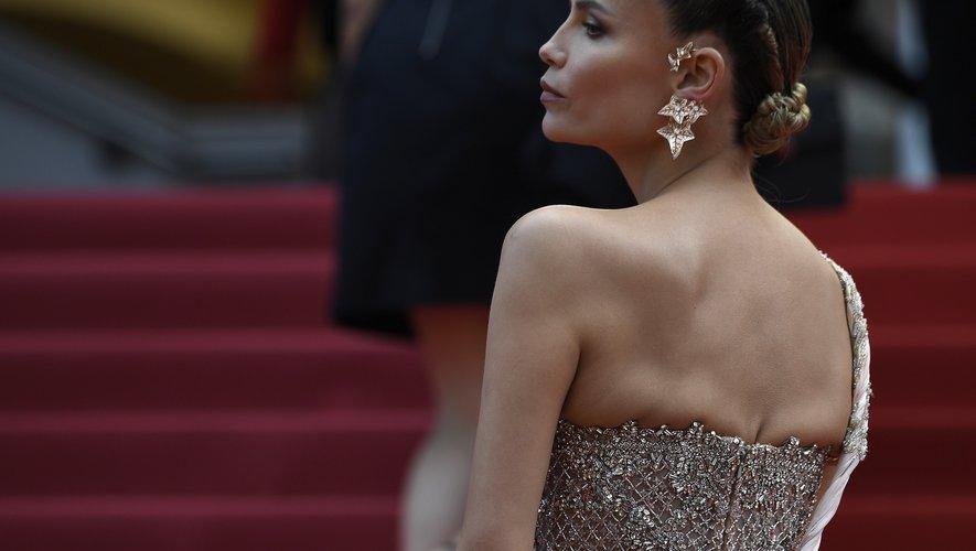 Un chignon élégant, un brin sévère, a permis au mannequin russe Natasha Poly de se faire remarquer sur les marches cannoises. 22 mai 2019