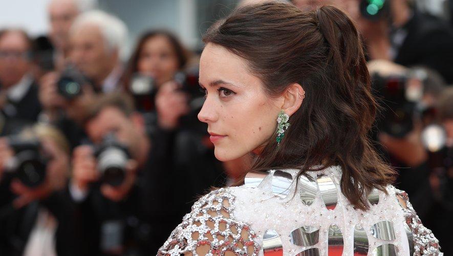 La comédienne franco-britannique Stacy Martin, aussi membre du jury de la Cinefondation, a adopté un look capillaire décontracté avec une mi-queue et un teint de rose. 22 mai 2019