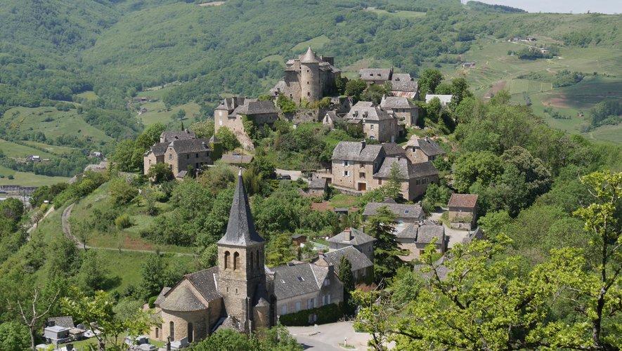 Le magnifique village de Panat qui domine la vallée de Bruéjouls et Clairvaux.