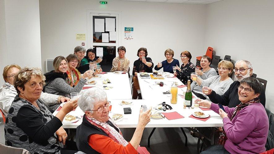 Le bureau et les bénévoles parlent travail mais saventaussi participer à la joie d'un de leurs membres.