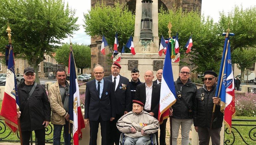 Roger Mazet entouré de sa famille, des porte-drapeaux et du maire de Decazeville.