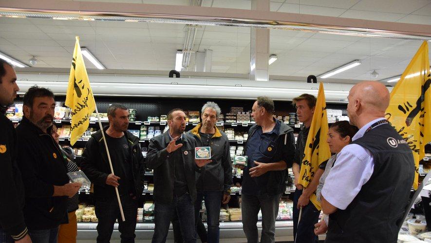 Un échange a eu lieu entre les agriculteurs et le responsable du rayon des fromages. Le magasin a affirmé qu'il allait retirer de la vente le bleu de brebis Société.