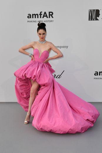Coco Rocha a misé sur une mini-robe rose agrémentée d'une imposante traîne, signée Ashi Studio Couture. Cannes, le 23 mai 2019.