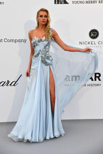 Stella Maxwell a jeté son dévolu sur la légèreté d'une robe asymétrique fendue, bleu ciel, brodée de détails argentés. Le tout confectionné par Atelier Versace. Cannes, le 23 mai 2019.
