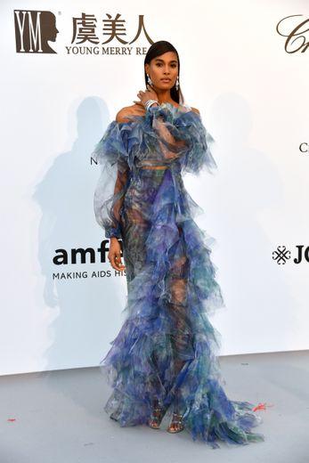 Cindy Bruna a privilégié le romantisme et la douceur d'une robe ornée de volants, subtilement transparente, signée Balmain Couture. Cannes, le 23 mai 2019.