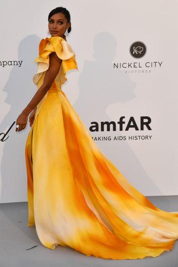 Tel un rayon de soleil, Jasmine Tookes a illuminé le tapis rouge du gala de l'amfAR dans une sublime robe asymétrique jaune. Une création signée Georges Chakra. Cannes, le 23 mai 2019.