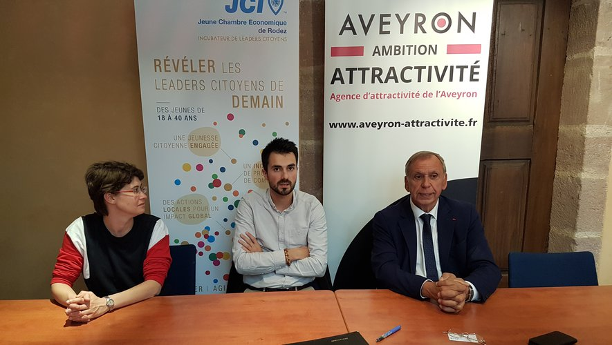 Natacha Burg, Bastien Lacan et Jean-Claude Luche lors de la signature du partenariat.