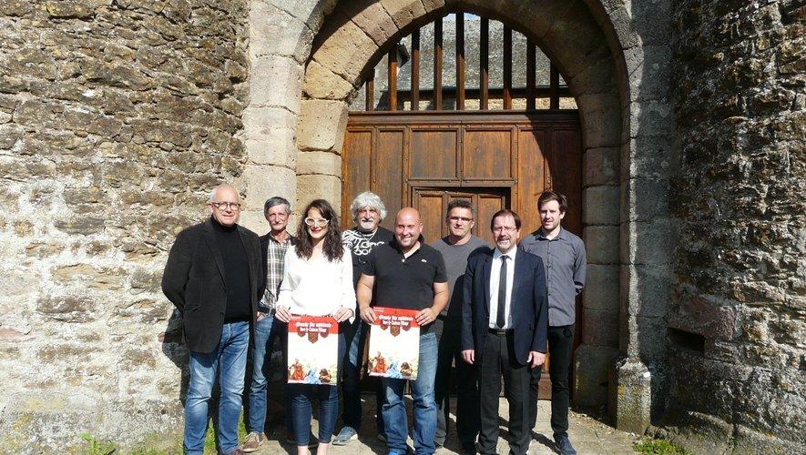 Autour de Mickael (au centre) et du maire, des élus et des membres du comité.