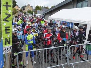 Les engagés sur le circuit Alexandre Geniez sur la ligne de départ.