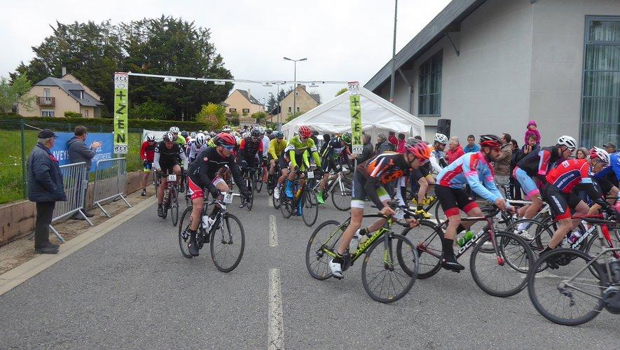 Le maire Jean-Philippe Sadoul vient de libérer les cyclosportifs engagés sur le 134 km.