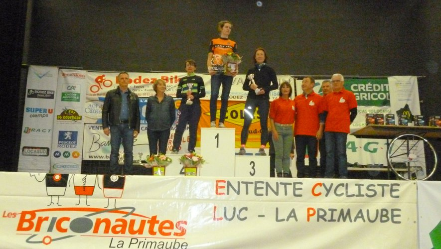 Remise des prix aux vainqueurs féminines en présence du maire Jean-Philippe Sadoul et de Dominique Gombert, adjointe, tous deux conseillers départementaux.