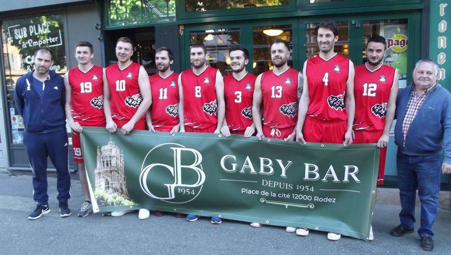 Le coach de l'équipe,Anthony Guillamet et le patron du Gaby bar encadrent les joueurs de l'équipe fanion.