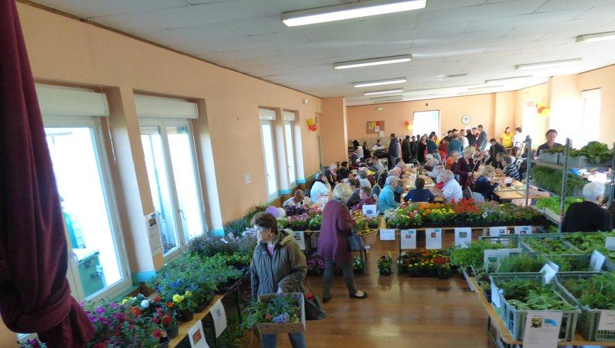 Les gourmets à table entourés de fleurs et plants.