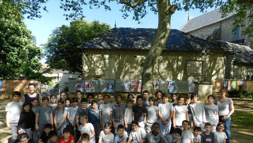 Le groupe d'écoliers parisiens sur le Saint-Jean avant la représentation de son spectacle médiéval.