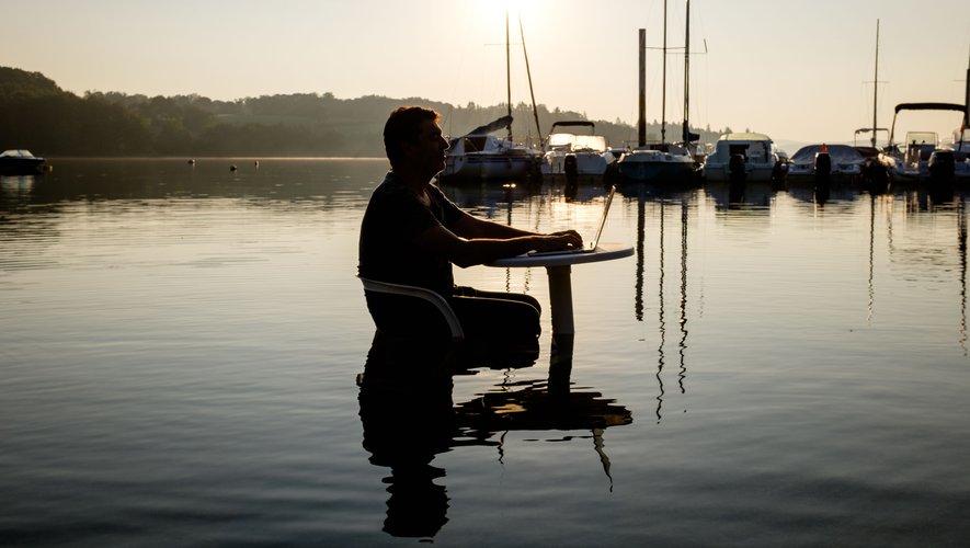 S'il vit aujourd'hui à Paris, Alain Layrac garde un lien fort avec son Aveyron natal et sa maison du bord de lac.E Barrouyer