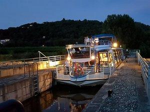 Découvrir la rivière Lot à la tombée de la nuit. Tout en partageant un dîner aux saveurs aveyronnaises. Une agréable expérience à partager en famille.