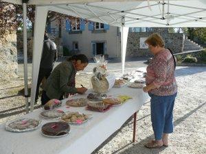 Ce matin, une vente de gâteaux sera organisée par les parents d'élèves.