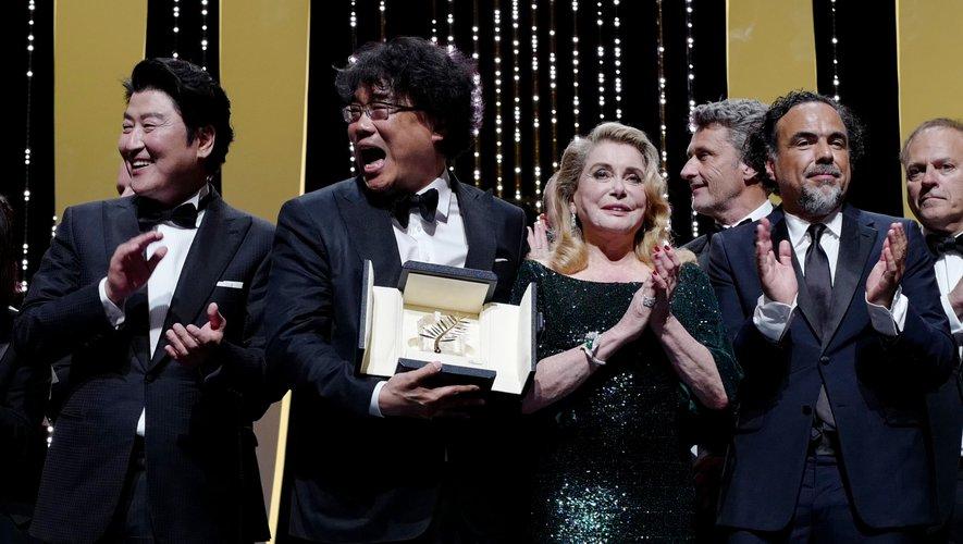 Bong Joon-Ho (2émeG) avec Song Kang-ho (G), Catherine Deneuve (C), Pawel Pawlikowski (3émeD), Alejandro Gonzalez Inarritu (2émeD) et Enki Bilal à Cannes, mai 25, 2019