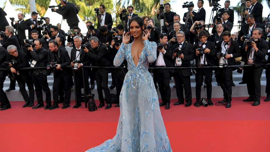 Jasmine Tookes dans une robe décolletée bleue brodée de détails scintillants, par Zuhair Murad. Cannes, le 23 mai 2019.