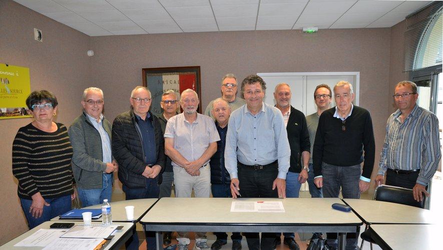 Les 12 maires des communes d ela Comcom.