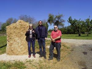 Le maire et deux de ses conseillers devant la future stèle du parc.