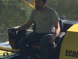 Olivier Lepine aux commandes de son nouveau bateau-faucardeur.