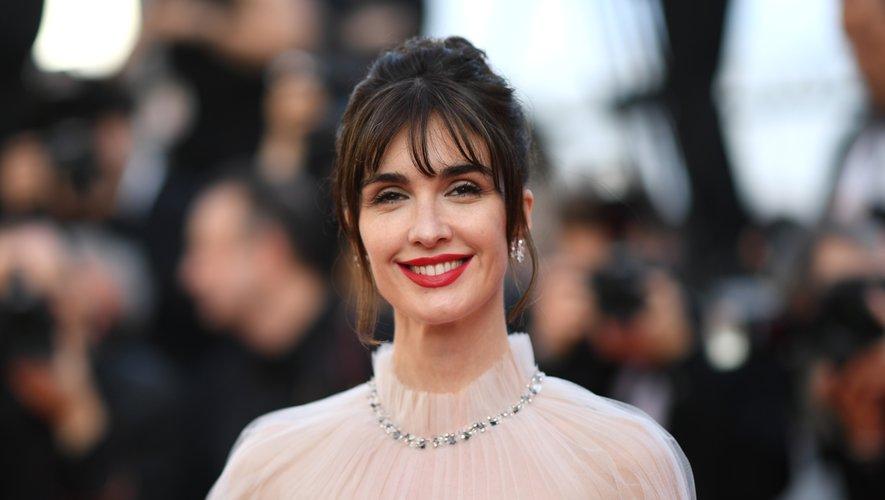 L'actrice espagnole Paz Vega a ajouté une dose de modernité à son chignon classique avec des mèches venant encadrer son visage, ainsi qu'une belle teinte de rouge à lèvres. 25 mai 2019