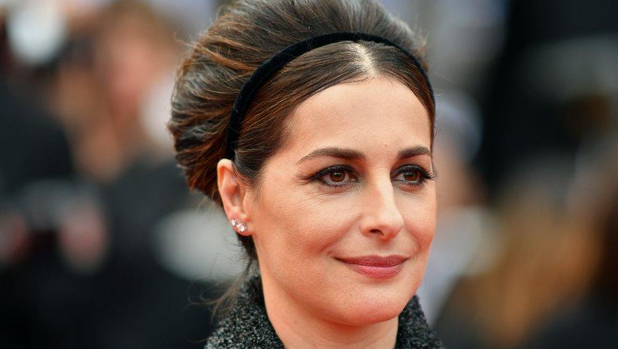 L'actrice française Amira Casar a fait la part belle au volume avec sa coiffure bouffante rehaussée d'un bandeau chic, et a souligné son regard avec des yeux de chat. 24 mai 2019