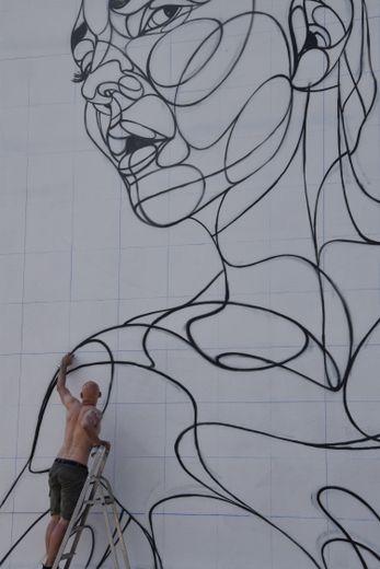 Alber peint des visages mais ne montre jamais le sien.