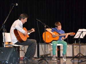 Tristan, première année de guitare, accompagné par Arnaud Bouloc.