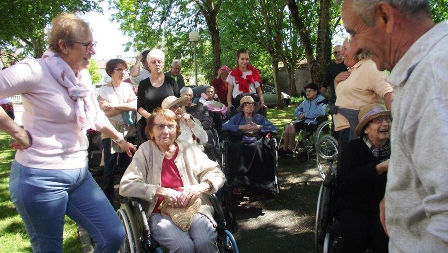 Lundi, les Randonneurs de la Vallée du Lot ont emmené en balade les résidents de L'Oasis.