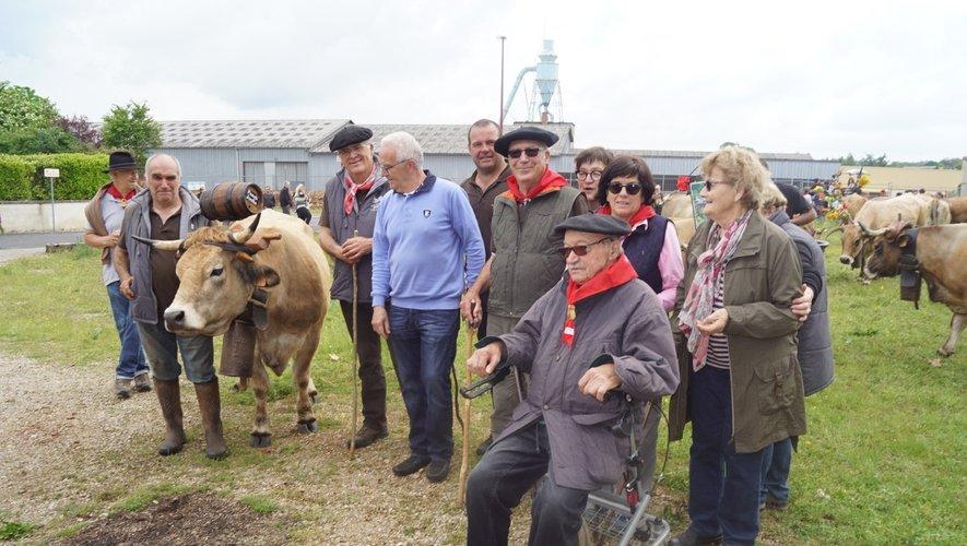 La famille Puech Joulia, l'éleveur argentin et le maire auprès d'un beau spécimen.