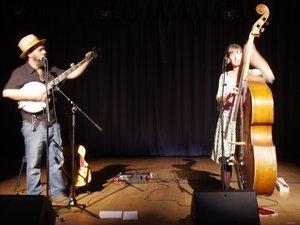 Gregg et Gabbi sur scène.