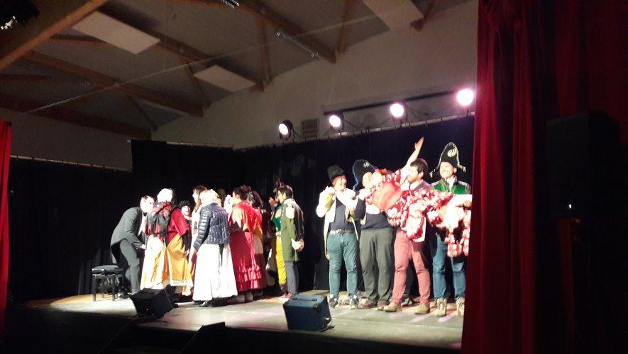 Ayant « oublié » ses choristes, Carmen a dû recruter parmi le public les figurants du spectacle qui se sont retrouvés choristes, et même… porteurs !